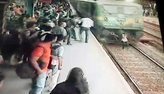 В Индии чудом выжила молодая девушка, попавшая под поезд. (Видео)