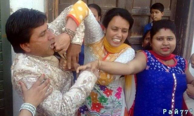 Индийский жених был избит первой женой на свадебной церемонии. (Видео)