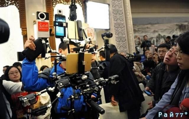 Китайский журналист удивил коллег... многозадачностью.