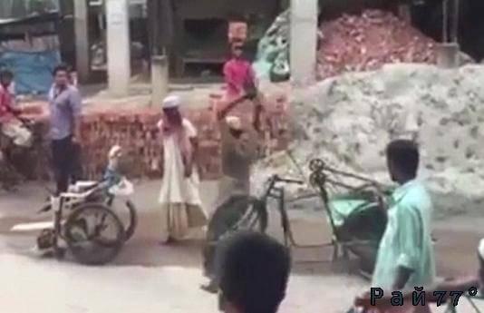 Два инвалида не поделили дорогу в Бангладеш. (Видео)