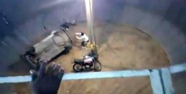Мотоциклист погиб во время исполнения опасного трюка «колодец смерти» в Индии.