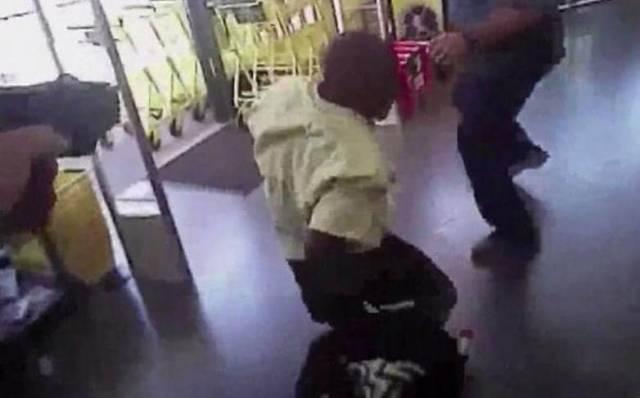 Сбежавшего от полицейских воришку через несколько дней поймали на том же месте преступления. (Видео)