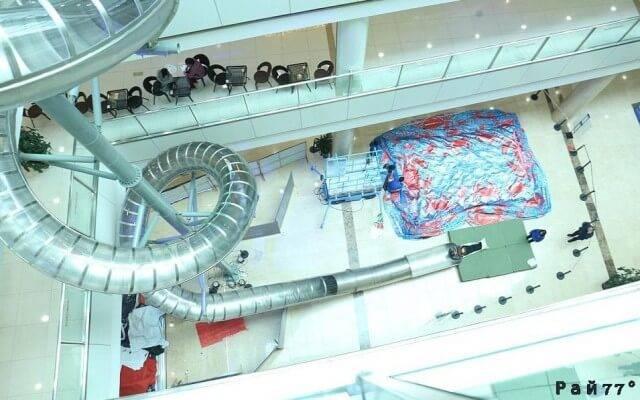 В китайском торговом комплексе вместо эскалатора установили необычный аттракцион. (Видео)