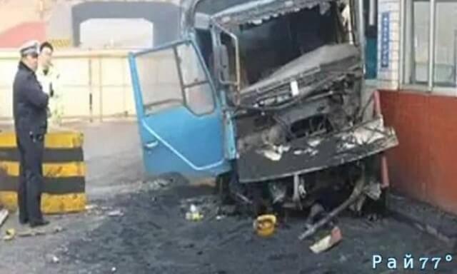 Охранник успел предупредить своего коллегу, перед тем, как 30-тонный грузовик врезался в сторожевую будку. (Видео)