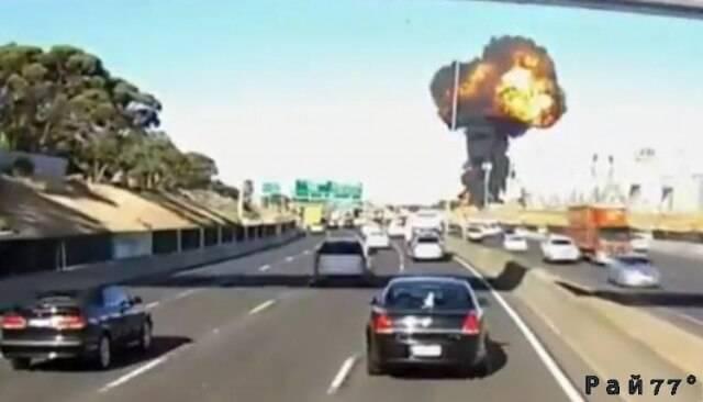 Страшный момент крушения частного самолёта в Мельбурне попал в объектив видеокамеры.
