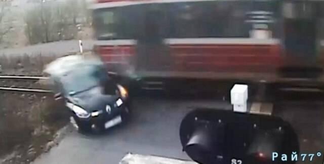 Польский автомобилист выжил после столкновения с поездом. (Видео)