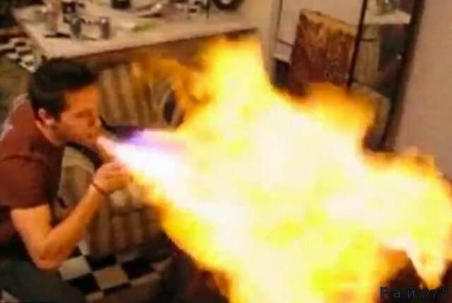 «Огнедышащий» шутник чуть не спалил жертву розыгрыша. (Видео)