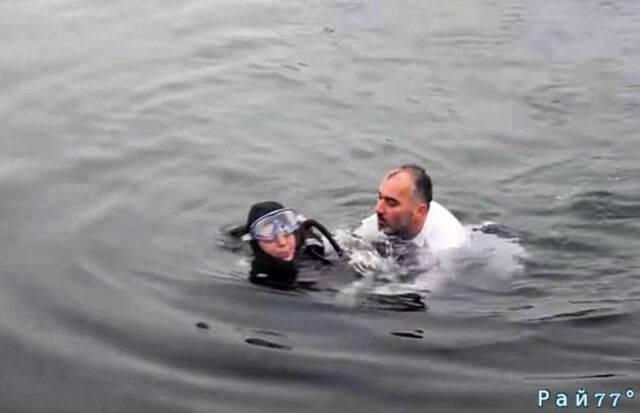 Турецкий мэр спас упавшую в обморок аквалангистку. (Видео)