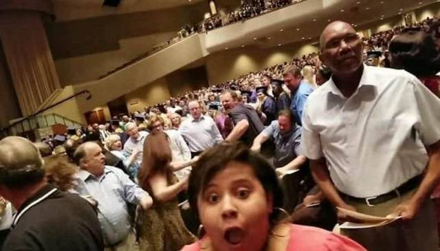 Родители учеников не поделили места в зале, на школьном выпускном в США. (Видео)