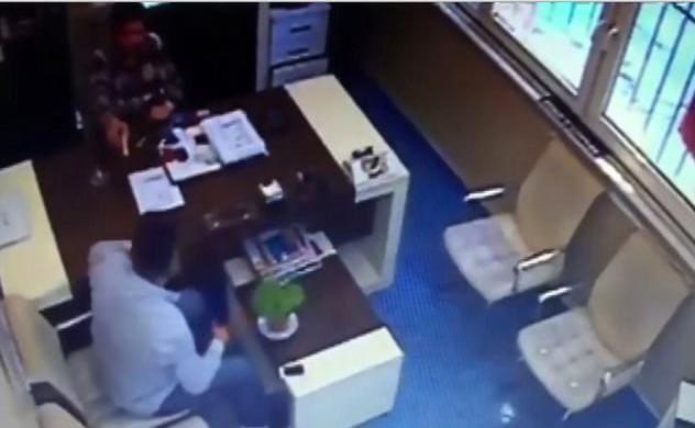 Турок, балуясь пистолетом, случайно застрелил своего друга в кабинете офиса. (Видео)