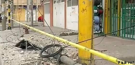 Случайный пешеход, благодаря реакции, чудом не попал под колёса пригородного автобуса в Колумбии. (Видео)