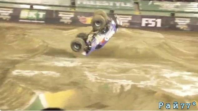 Головокружительный кульбит продемонстрировал один из участников автомобильного шоу Monster Jam World Finals в Лас - Вегасе. (Видео)