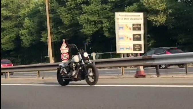 Мотоцикл без «всадника» проехал несколько километров по авто трассе во Франции. (Видео)