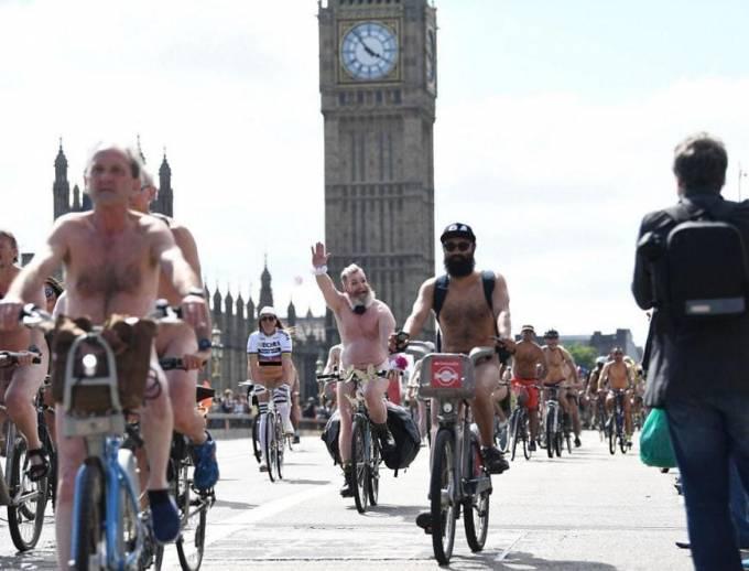 Потеплело... Тысячи велосипедистов, раскрепостившись, приняли участие в голых заездах, в 70 городах мира. (Видео)