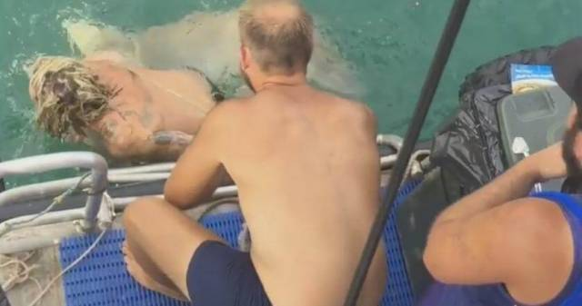 Австралиец чуть не лишился ноги при попытке «заарканить» акулу. (Видео)