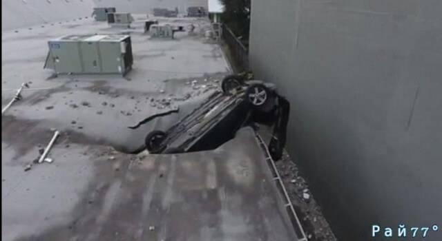 Американский подросток, перепутав педали, совершил незапланированный полёт в салоне автомобиля с 20-метровой высоты. (Видео)