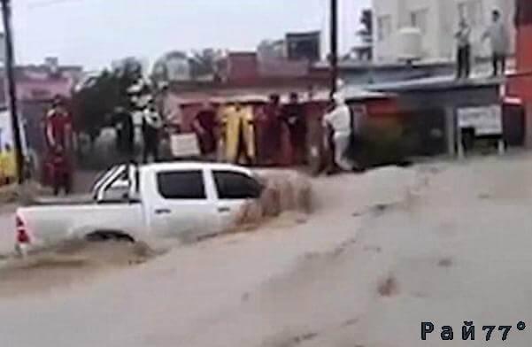 Аргентинский автовладелец в самый последний момент выпрыгнул из автомобиля, после чего его пикап смыло в океан. (Видео)