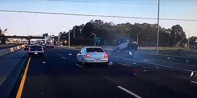 Водитель не пострадал после чудовищной аварии в США. (Видео)