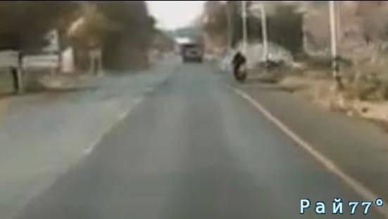 Мотоциклист и автомобилист не поделили дорогу в Тайланде. (Видео)