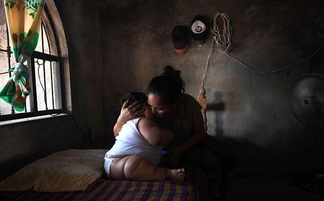 Мать раскормила своего 10-ти месячного сына до «рекордных» размеров. (Видео)