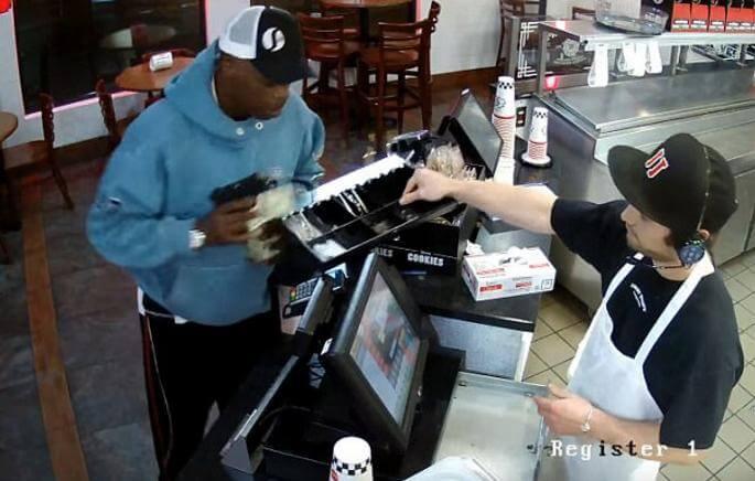 Работник закусочной в США, находясь под прицелом пистолета, с невозмутимым видом... отдал все деньги. (Видео)