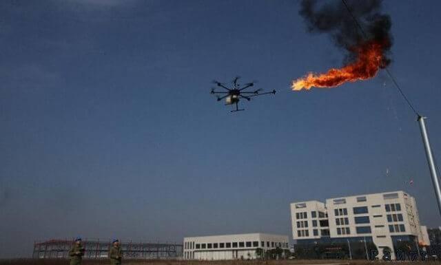 Летающие дроны с огнемётами уничтожают мусор на электрических столбах в Китае. (Видео)