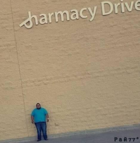 «Изобретательный» латиноамериканец четыре часа простоял под рекламной вывеской, в надежде получить отвалившейся буквой по голове.