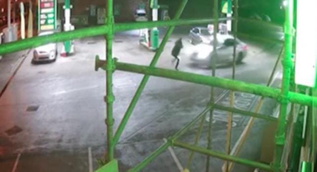 Пешеход «подрезал» автомобиль на АЗС в Британии. (Видео)