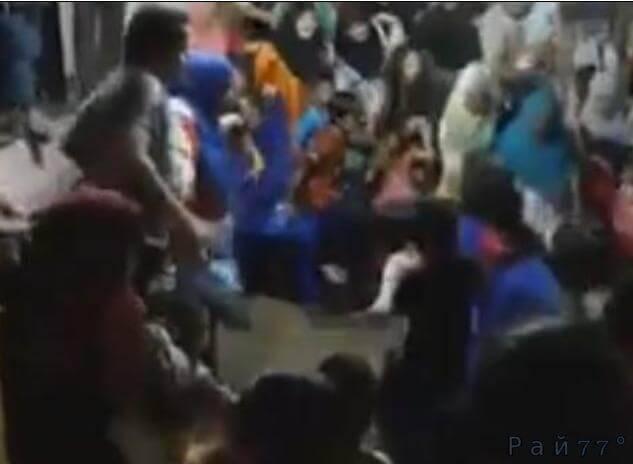 Во время свадебных гуляний провалился пол в Малайзии. (Видео)
