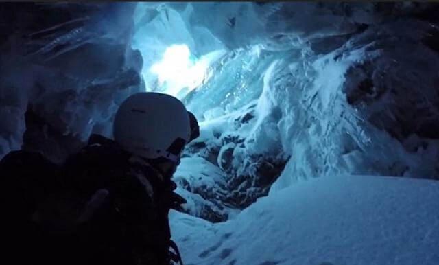 Британский лыжник остался жив, провалившись в расщелину, на глубину 20 метров. (Видео)