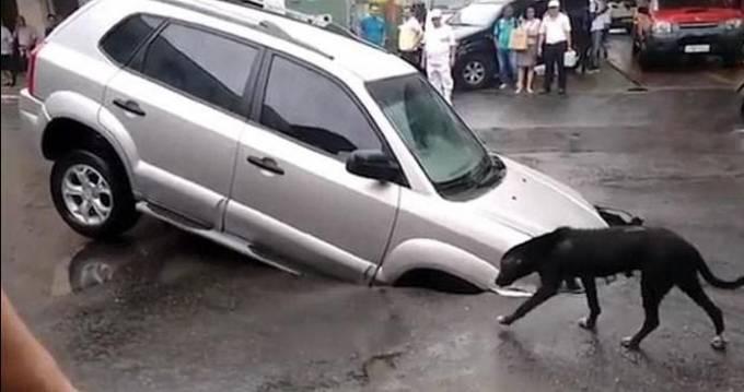 Легковой автомобиль погрузился в пролом на середине автотрассы в Бразилии. (Видео)