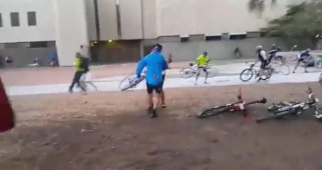 Из за сильного ветра организаторы вынуждены были прервать велогонку Cape Town Cycle Tour в Южной Африке. (Видео)