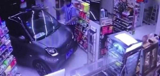 Ленивый китайский водитель из за дождливой погоды совершил покупки в магазине, не выходя из автомобиля. (Видео)