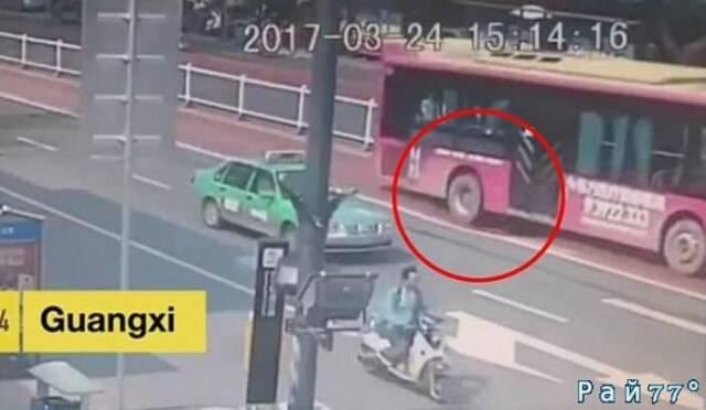 Автобус с 21 пассажиром на борту чуть не ушёл под землю на китайской автостраде. (Видео)