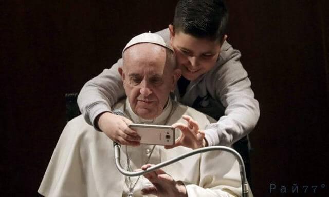 Наглый подросток застал врасплох папу римского, сделав селфи - снимок с понтификом.