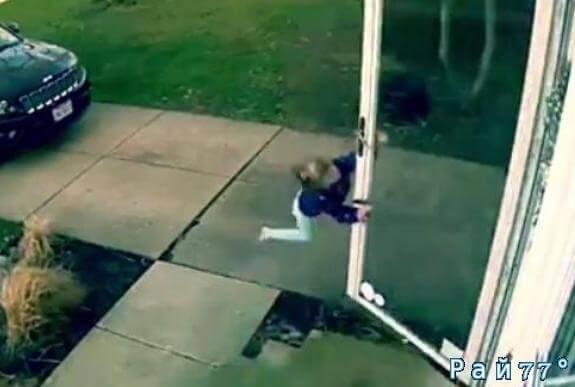 4-летняя американка, открывая дверь, неожиданно оказалась в «невесомости». (Видео)