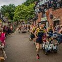Гонки на кроватях «Knaresborough Bed Race» прошли в Британии. (Видео) 2