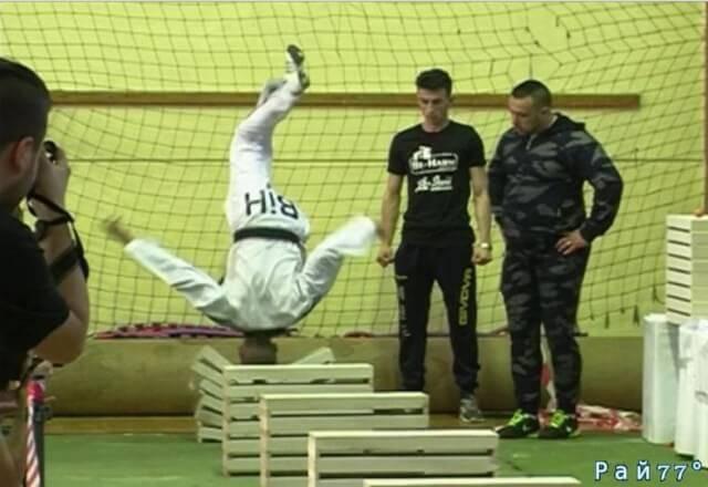 16-летний боснийский таэквондист установил рекорд Гиннесса, разбив головой 111 ж/б плит. (Видео)