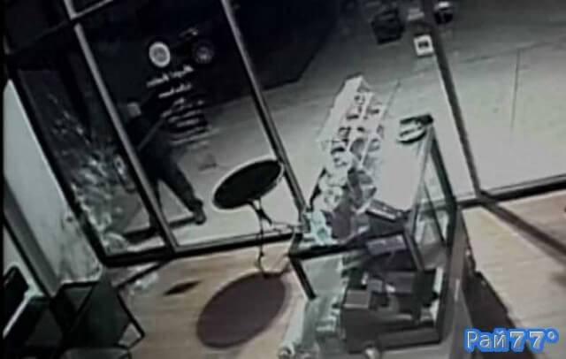 Неудачливый воришка, разбив топором стеклянную дверь в кафе, ничего не взяв, скрылся с места преступления