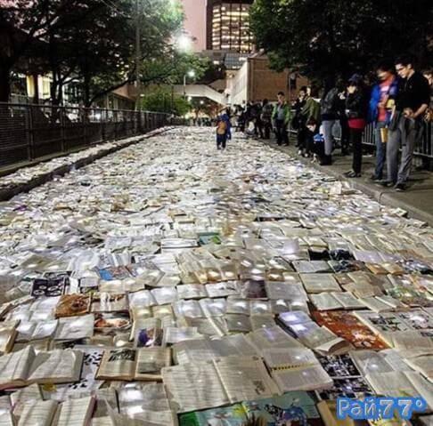 Книжная инсталляция «Литература против движения» в Торонто