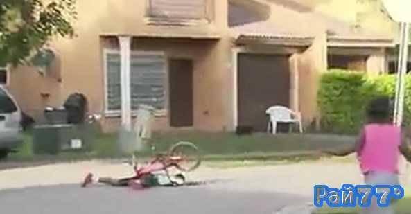 Велосипедист потерял колесо и упал во время прямого эфира выпуска новостей в США