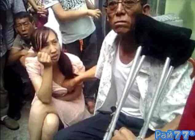 Китаец предсказывает будущее своим клиенткам, щупая их за грудь
