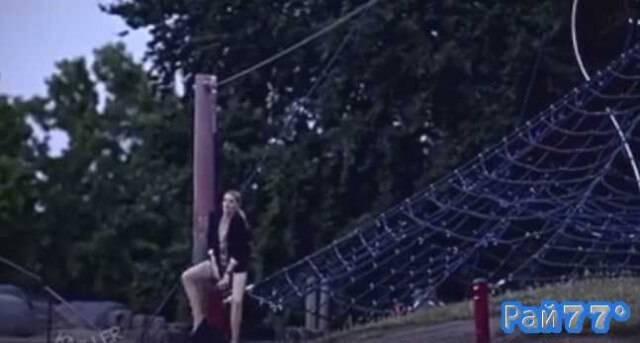 Девушка застряла на тарзанке