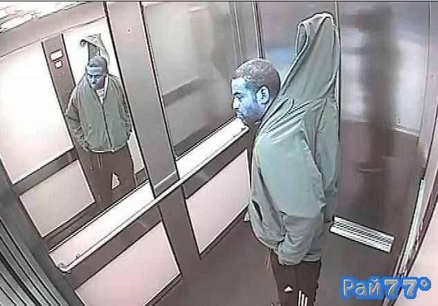 Грабитель вынес жалюзи из мебельного супермаркета, прикрыв их капюшоном