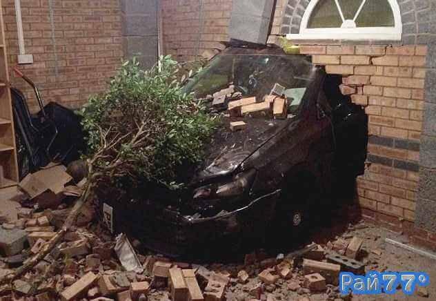 Британец на автомобиле проломил стену кирпичного гаража в Британии