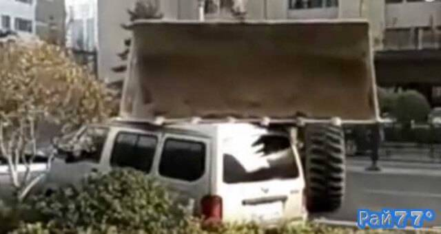 бульдозер разрушил автомобиль, перегородивший вход в офис компании