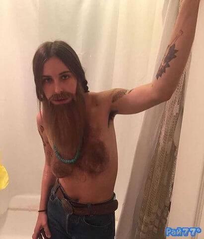 Скаут Уллис топлесс, с бородой и усами