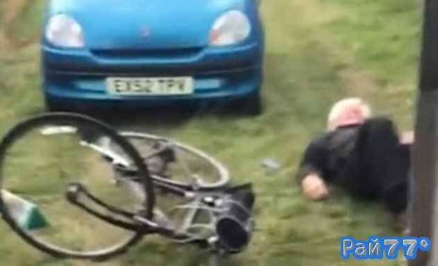 Комичное падение британского пенсионера с велосипеда было снято на видеокамеру