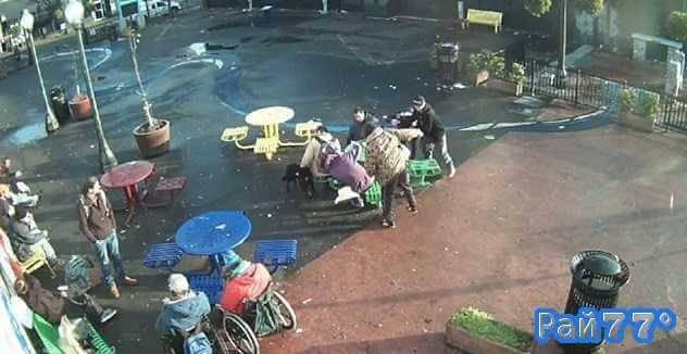 Драка, снятая на территории уличного кафе поразила полицейских в США