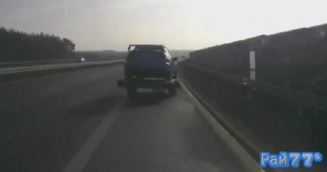 Поляки во время буксировки потеряли прицеп с раллийным автомобилем